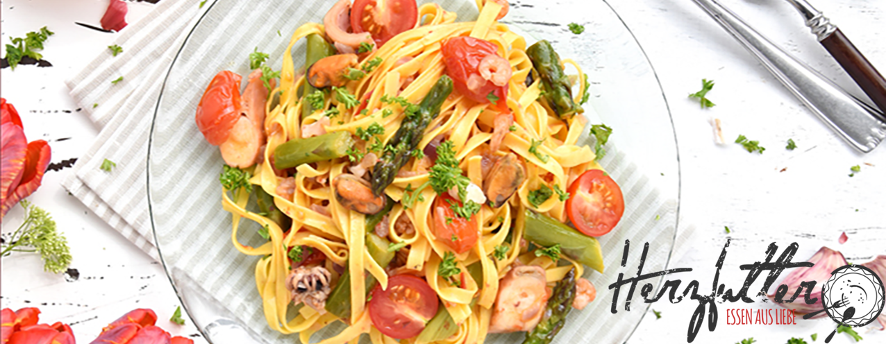 Frutti di Mare spaghettis with asparagus and cherry tomatoes