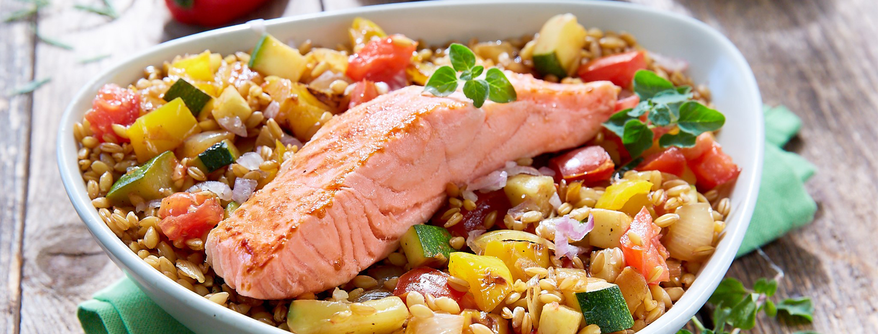 Marinated salmon sautéed with vegetables, sided with spelt